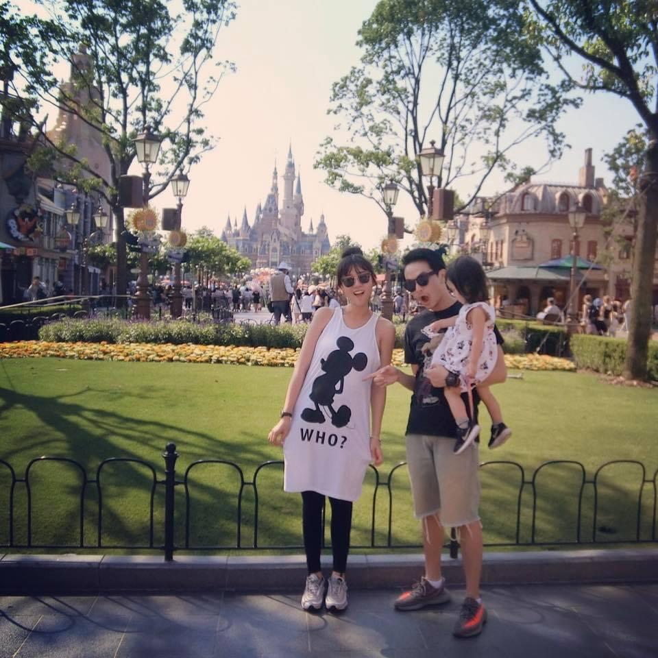 方志友(左)選在上海迪士尼宣布懷第二胎。圖/摘自臉書
