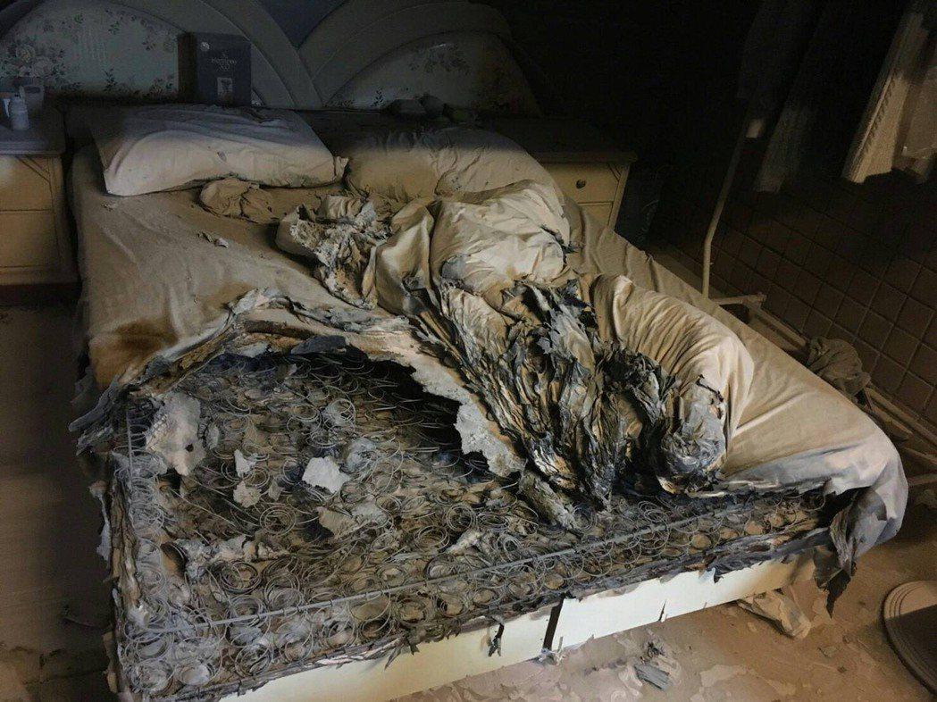 台中市太平區大勇街社區大樓驚傳火警,屋內彈簧床被燒到焦黑一片。圖/翻攝畫面