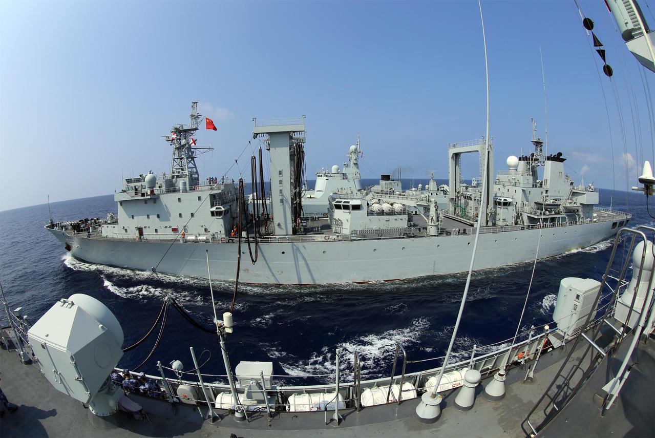解放軍「駱馬湖(964)」號綜合補給艦進行海上補給資料照。(軍事中國)