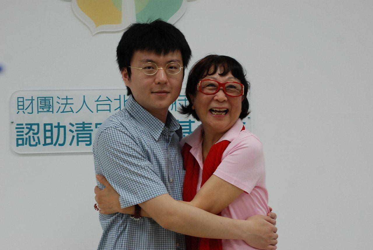 林朋霖今天羞澀的給認助人邱淑怡一個擁抱,謝謝她多年的關心與認助。記者吳思萍/攝影