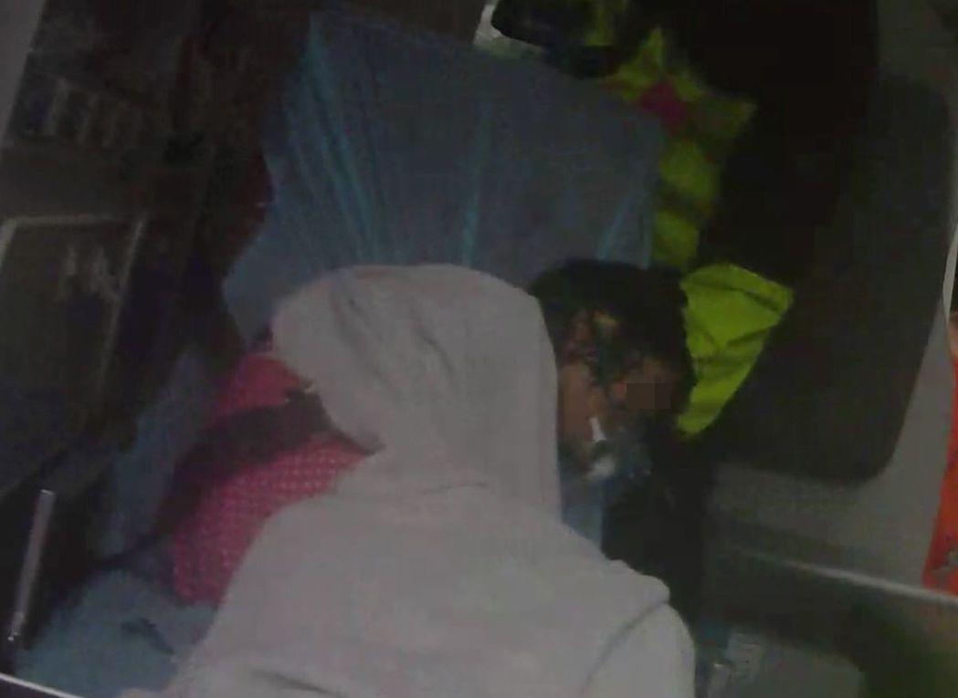 11女童發生溺水,因救生員先期處置得宜,後續交由救護車送醫,才順利挽回女童性命。...