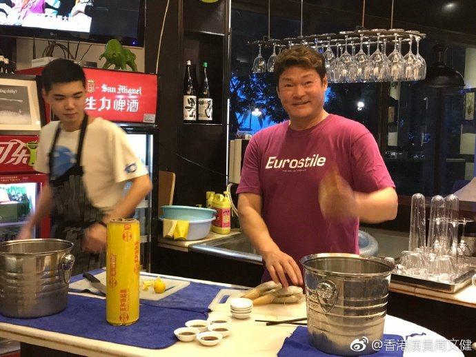 目前56歲的周文健在廣東珠海經營火鍋店。圖/取自微博