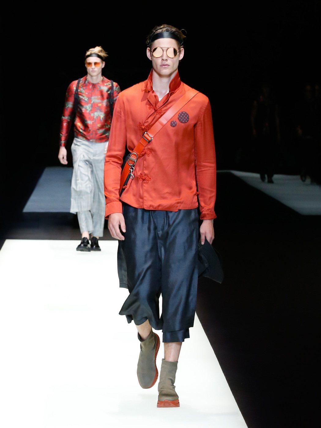 取材自柔道服的製作細節,運用在上衣的裝飾,是本季Emporio Armani 的...