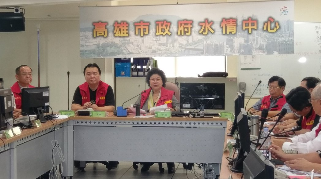 高雄市長陳菊宣布今天下午5點起,原本二級開設的水情應變中心,降為三級開設。記者蔡...
