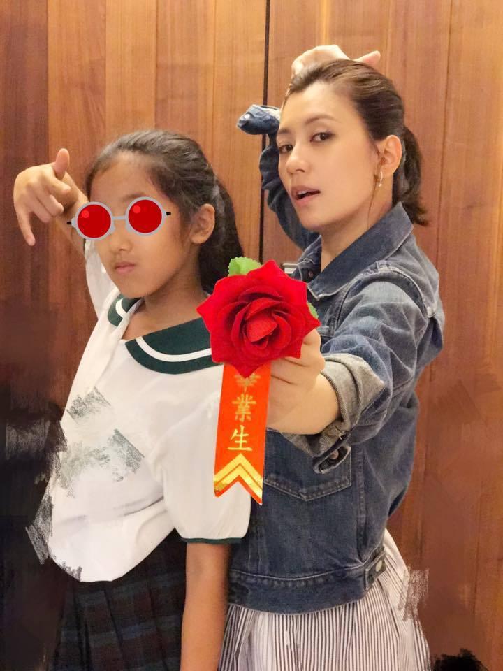賈靜雯與女兒合照被讚像姊妹。圖/摘自臉書