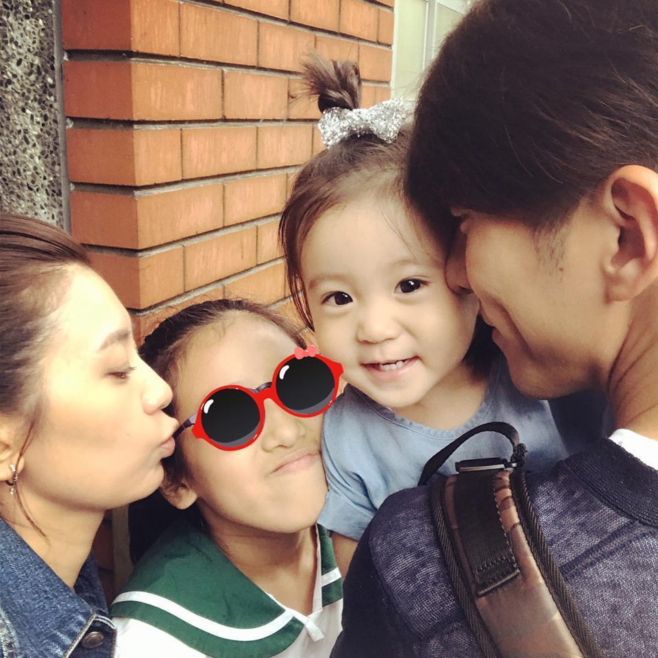 賈靜雯(左)一家人出席梧桐妹畢業典禮。圖/摘自臉書