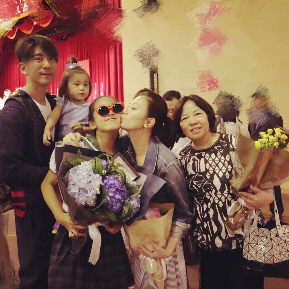賈靜雯(右二)一家人出席梧桐妹畢業典禮。圖/摘自臉書