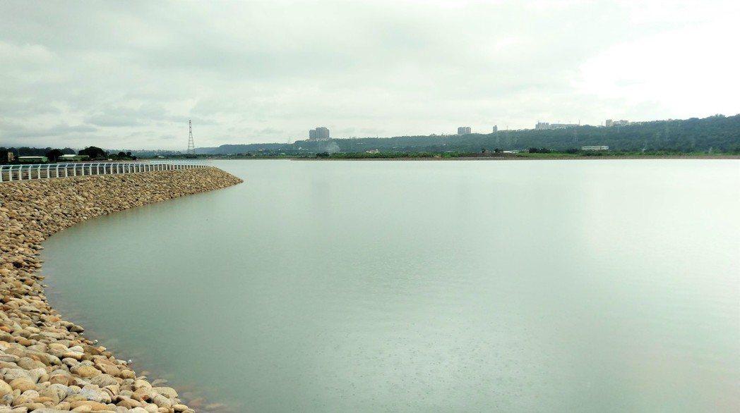 桃園市中庄調整池,自6月來連2波梅雨鋒面,引進足夠蓄水,調整池水位今天已達標高6...