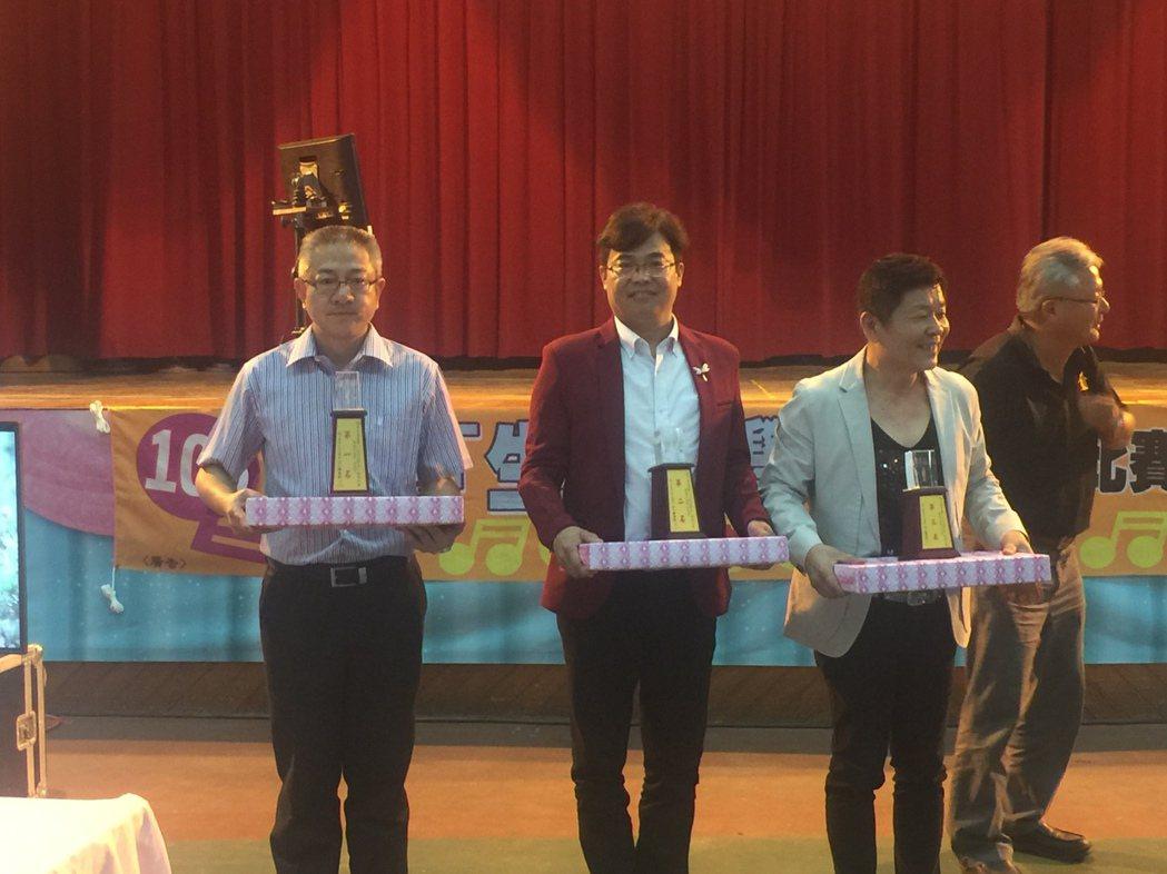 黃建邦(左一)獲社青組第1名、林俊男(左二)獲第2名。記者吳政修/攝影