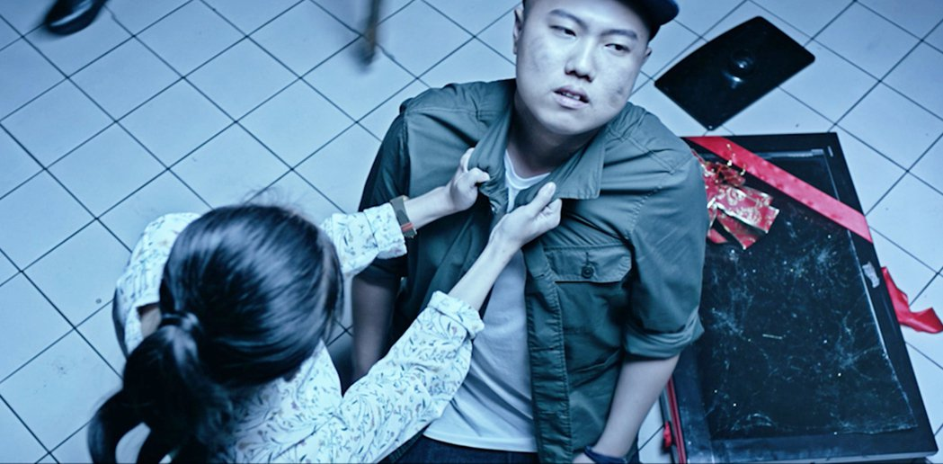 洋蔥在MV中飾演暴力男。圖/混血兒娛樂提供