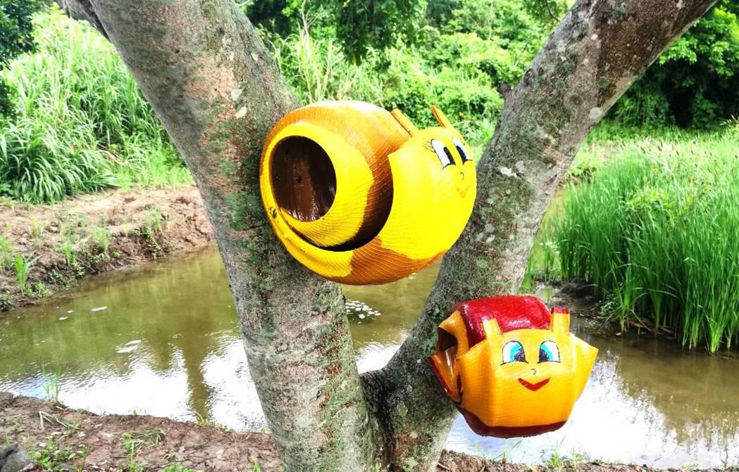 爬上樹幹的蝸牛也是廢輪胎做的,很有創意。記者蔣繼平/翻攝