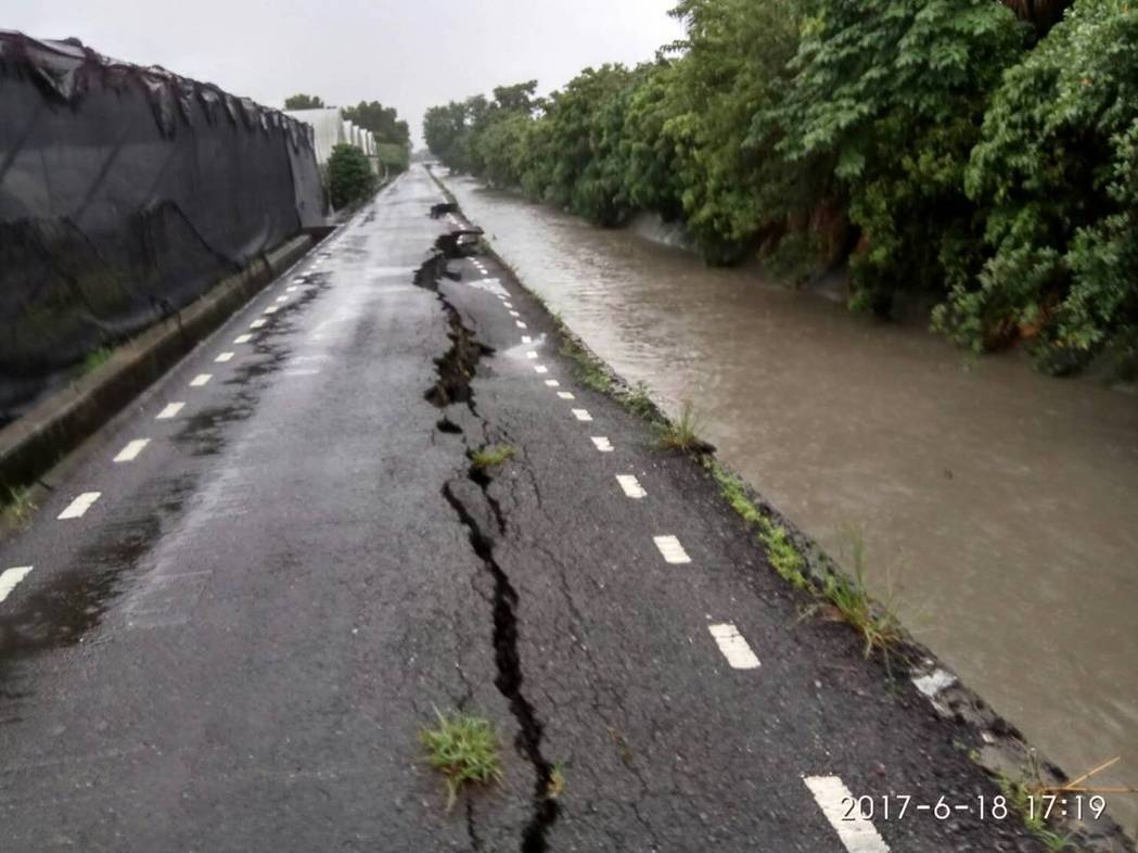田尾鄉公園路2段215巷產業道路,因旁邊的打簾排水護岸被洪水沖刷,路基出現沉陷現...