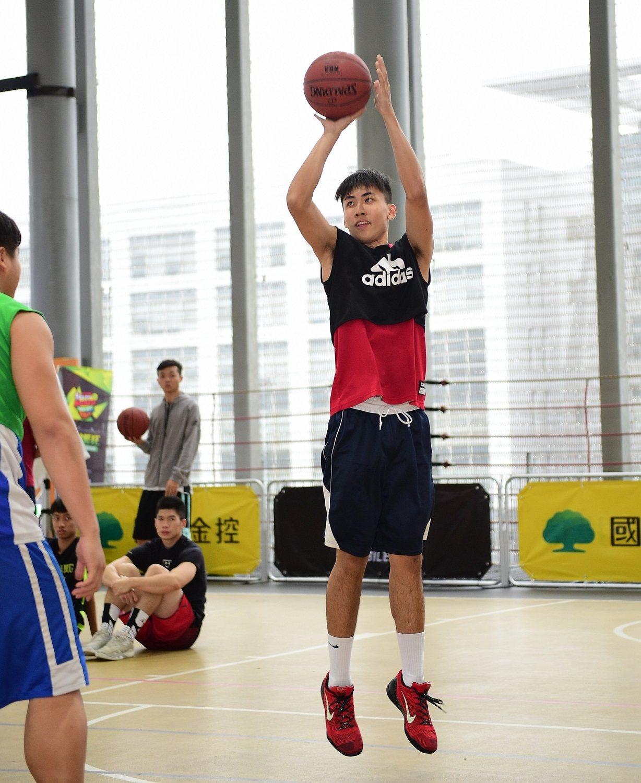 「國泰nba youth madness」大專三對三籃球賽,國體大張哲弦旱地拔蔥...