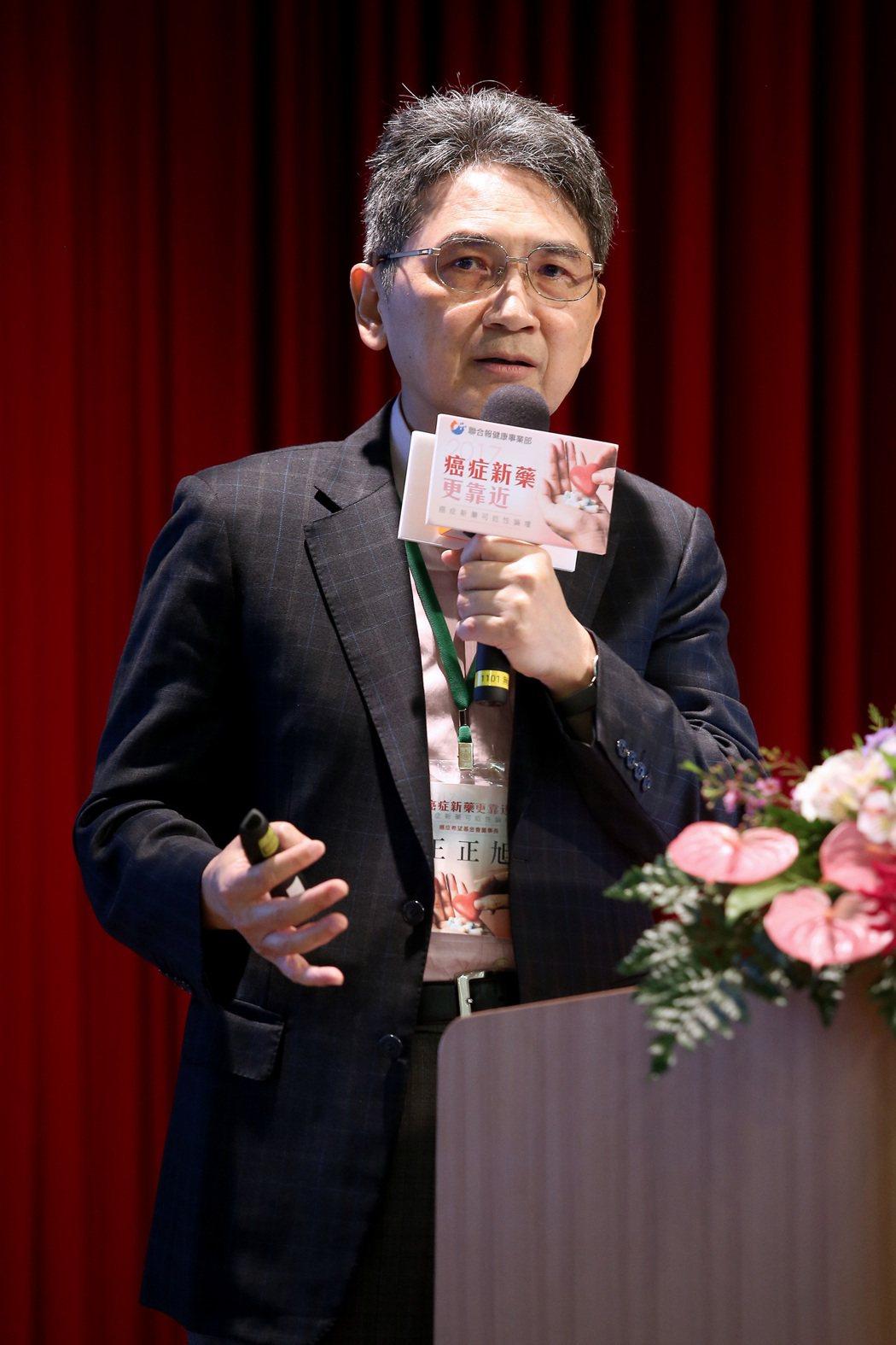 癌症希望基金會董事長王正旭以「健保or商保,全台民調怎麼說?」為題進行演講。記者...