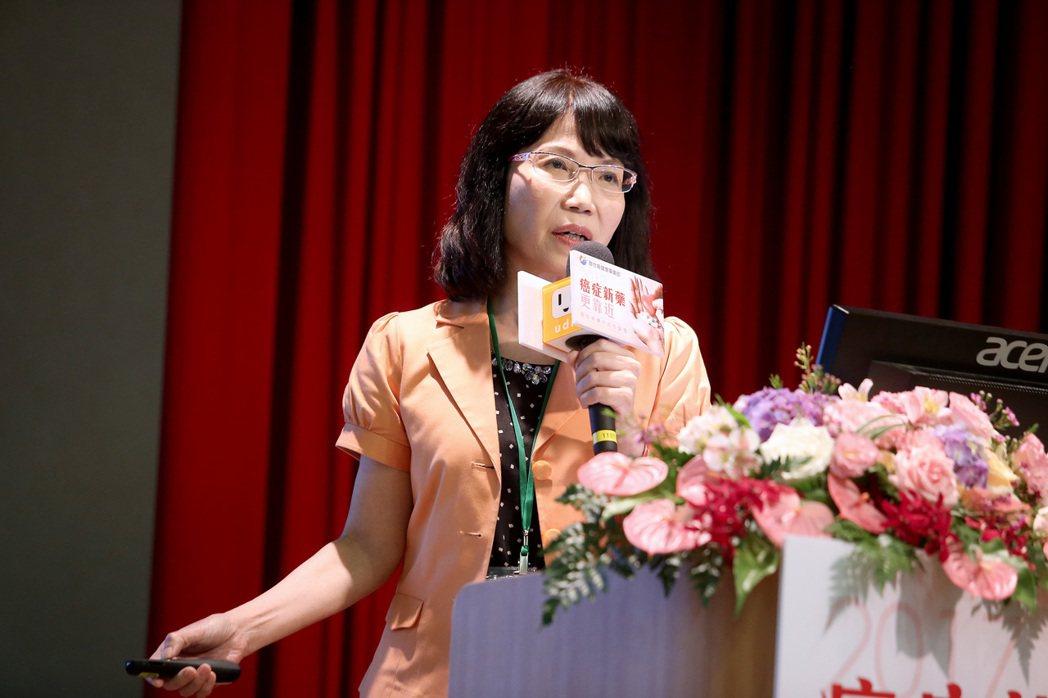 和信醫院藥學進階教育中心主任陳昭姿以「解開新藥納保的重重難關」為題進行演講。記者...