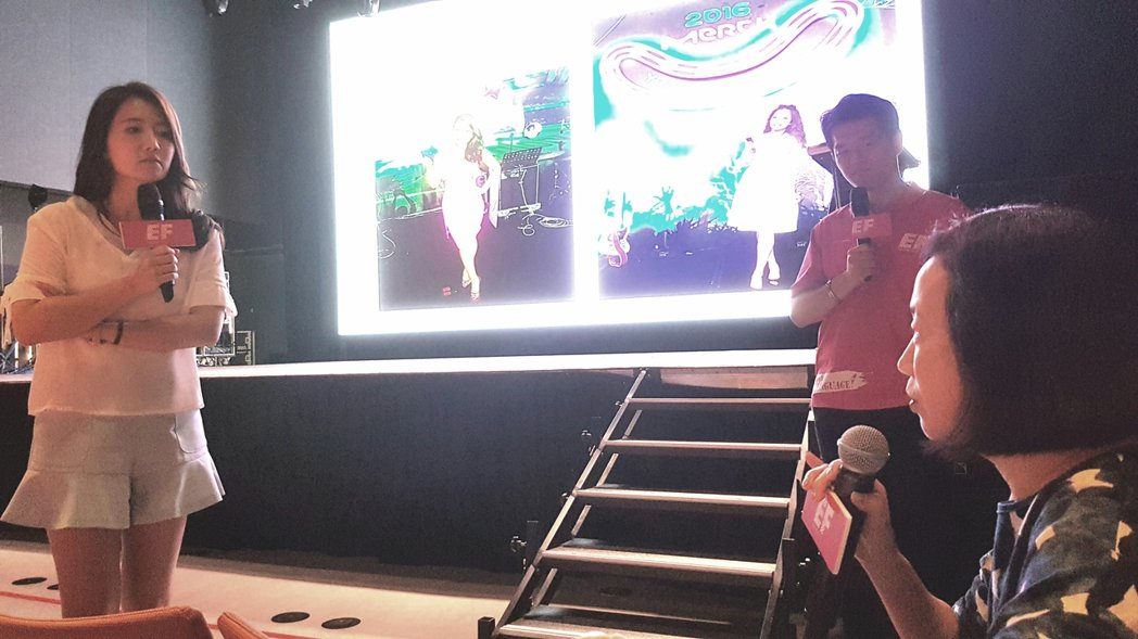 藝人謝忻(左)分享留學經歷。記者吳佩旻/攝影