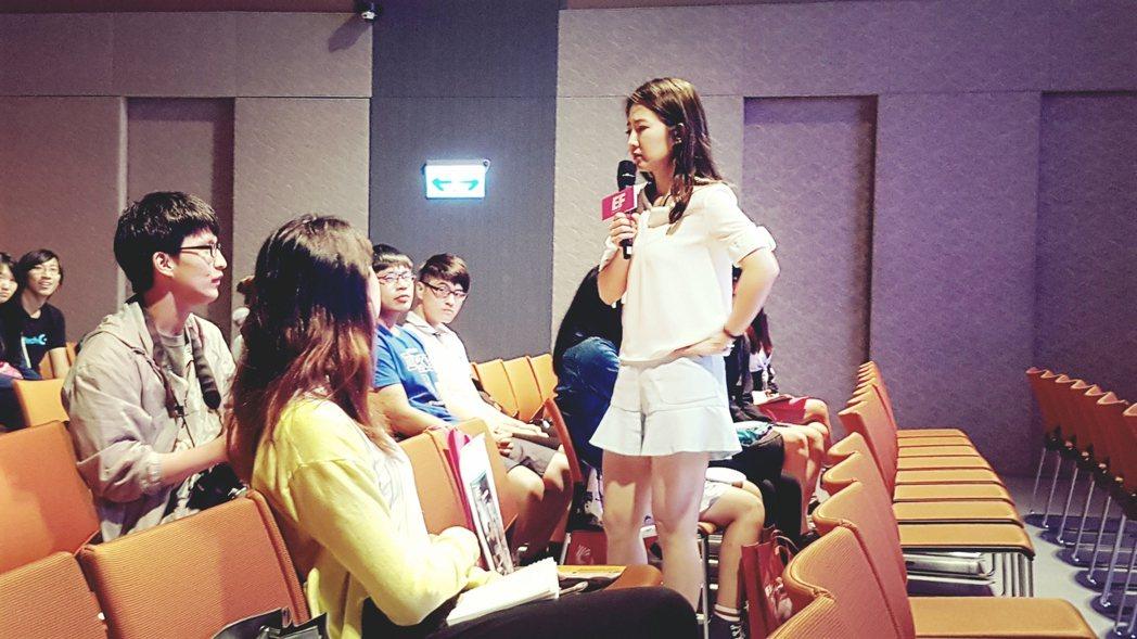 藝人謝忻(右)分享留學經歷。記者吳佩旻/攝影