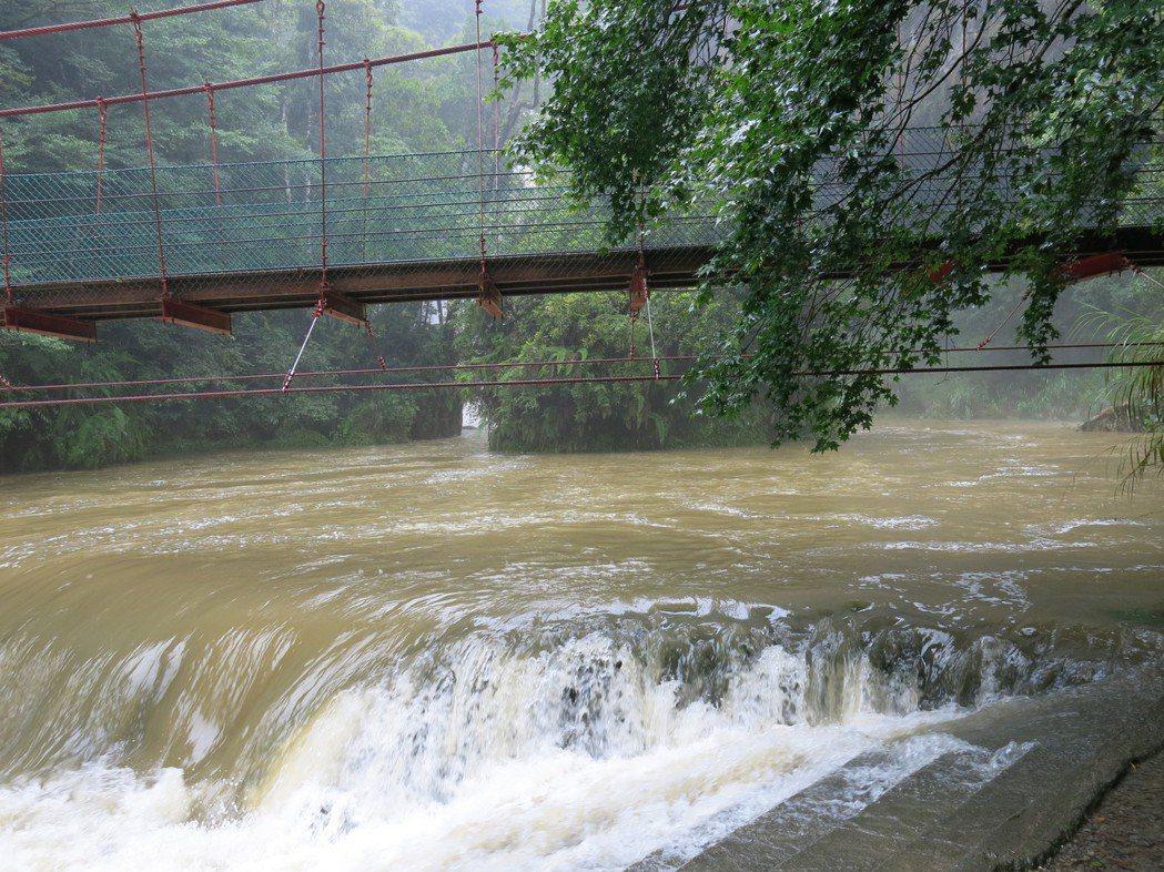 南投杉林溪雨勢驚人,讓松瀧岩瀑布前的河道水位上漲。記者黑中亮/攝影