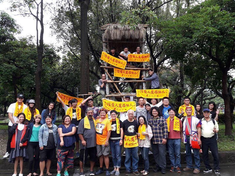 東華大學師生在228紀念公園漏夜搭建瞭望台,聲援凱道抗爭的族人。取自蕭竹均臉書
