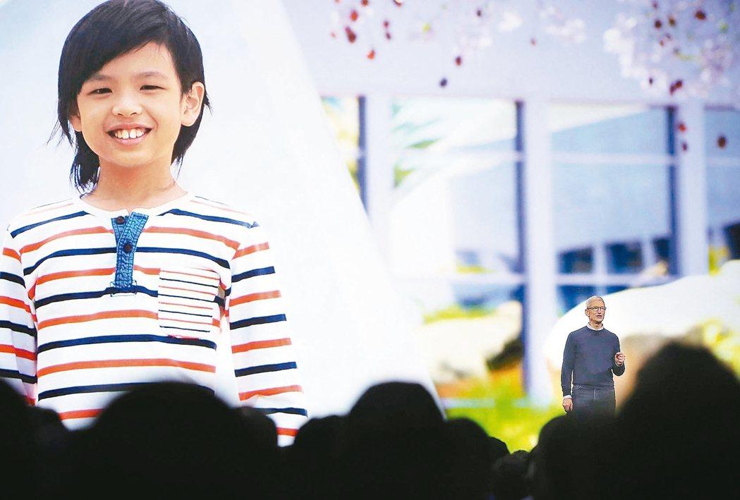庫克(右)介紹今年WWDC最年輕開發者索亞尼安托(左)。 法新社