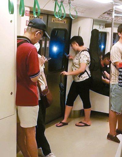 醫師研究發現,民眾搭捷運滑手機打發時間,眼球黃斑部在晃動環境下易吸收過多螢幕藍光...