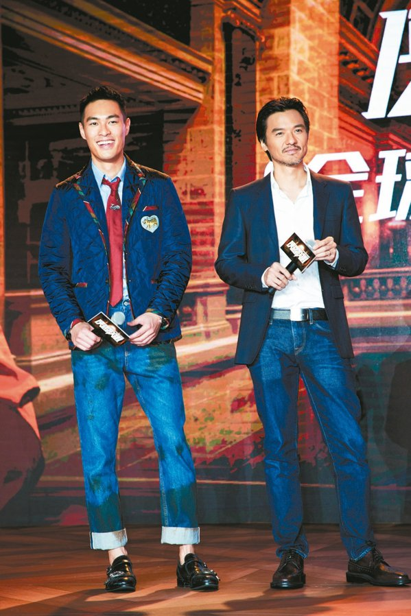 楊祐寧(左)在宣傳記者會時狂虧導演馮德倫。 圖/Catchplay提供