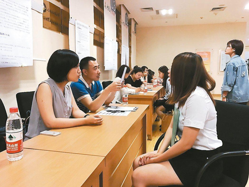首屆在京台生就業實習推介會18日在北京中關村舉行,超過50家兩岸知名企業進行現場...