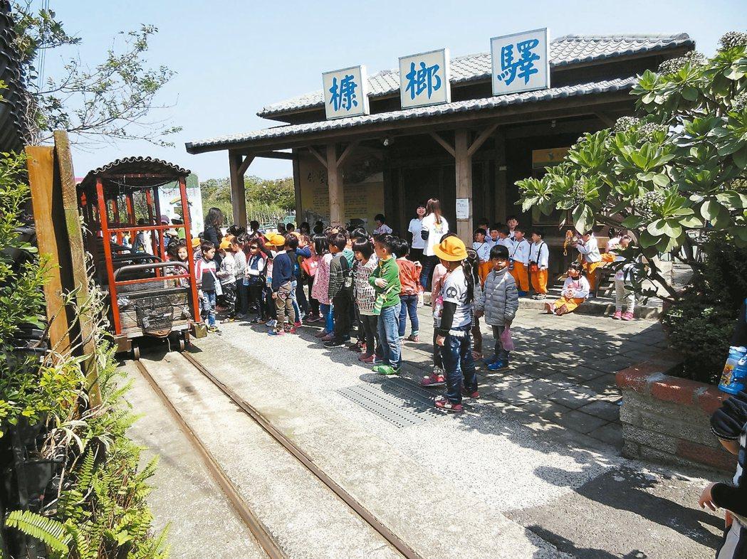 新竹康樂社區仍保留以前的輕便車,並將輕便車串連成小火車。 圖/康樂社區發展協會提...