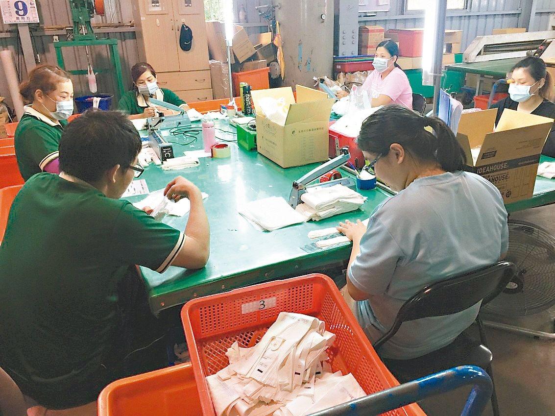 宏力員工為100%可分解可堆肥澱粉塑膠袋,進行分批包裝。 記者郭宣彣/攝影