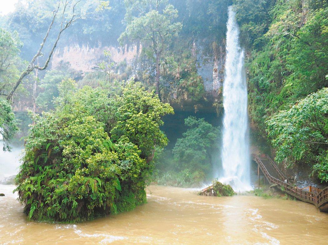 南投連日大雨,河流水量增加,松瀧岩瀑布竟生出新瀑布。 記者黑中亮/攝影