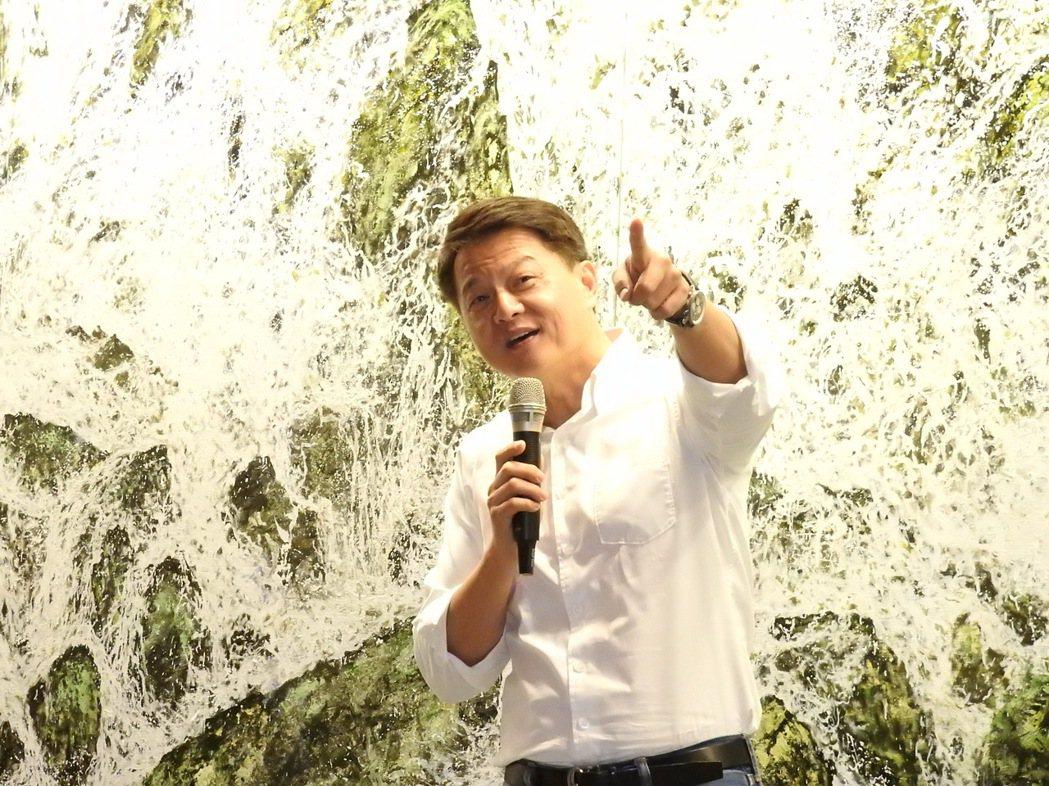 前北縣長周錫瑋昨在永和舉辦個人畫展,是否挑戰2018新北市長,周錫瑋說,「花若盛...