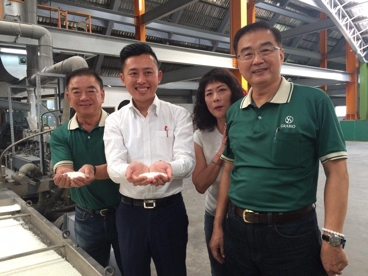 新竹市長林智堅(左二)捧起以玉米澱粉為材所做的塑膠粒,提倡環保。 記者郭宣彣/攝...