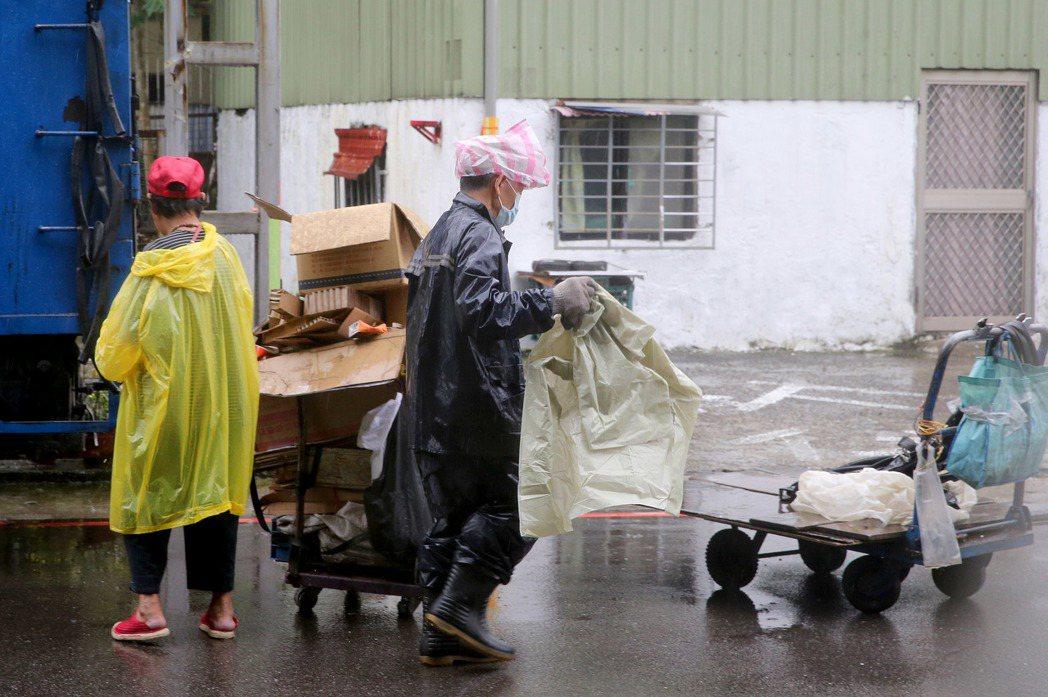 近日受梅雨季影響,台北下起連日大雨,民眾出入或感到有些不方便,不過和在雨中拾荒辛...