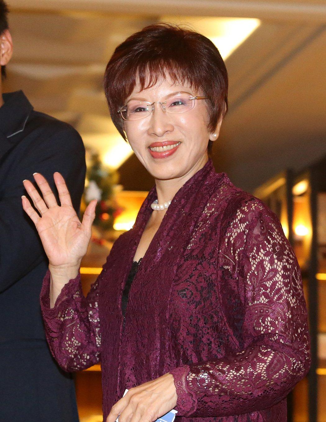 國民黨主席洪秀柱昨天出席感恩餐會,晚到一個小時上台致詞後,很快的先離開了。 記者...