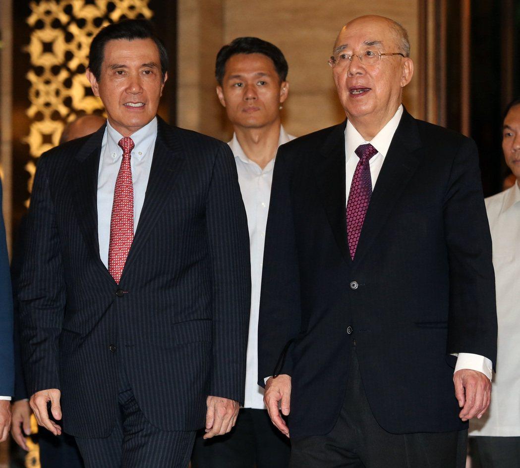 前總統馬英九(左)昨天出席感恩餐會,為吳伯雄(右)78歲大壽慶生,餐會結束,吳伯...
