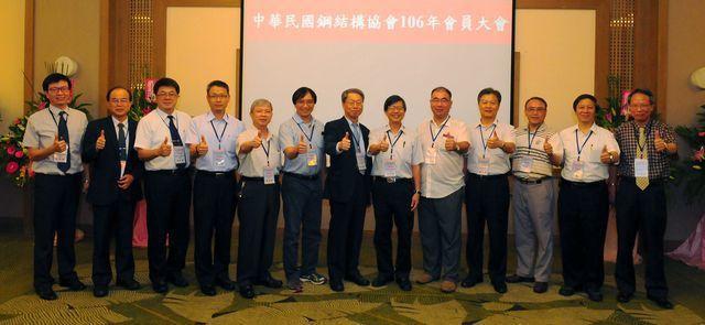 鋼結構協會理事長陳海平(左七)偕同理監事、正副秘書長共同為年會順利、圓滿、成功喝...