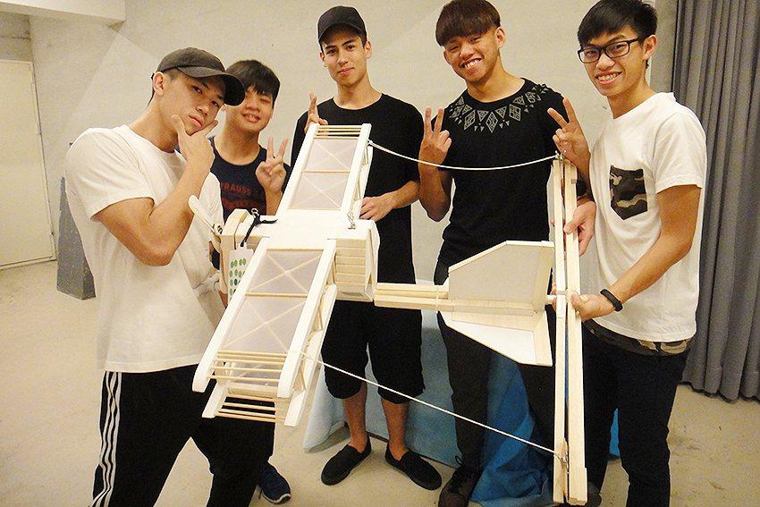 中原商設系大一學生(左起)孟可研、蕭宇鈞、紀宇宸、林敬傑、黃資量製作的「創翼飛帆...