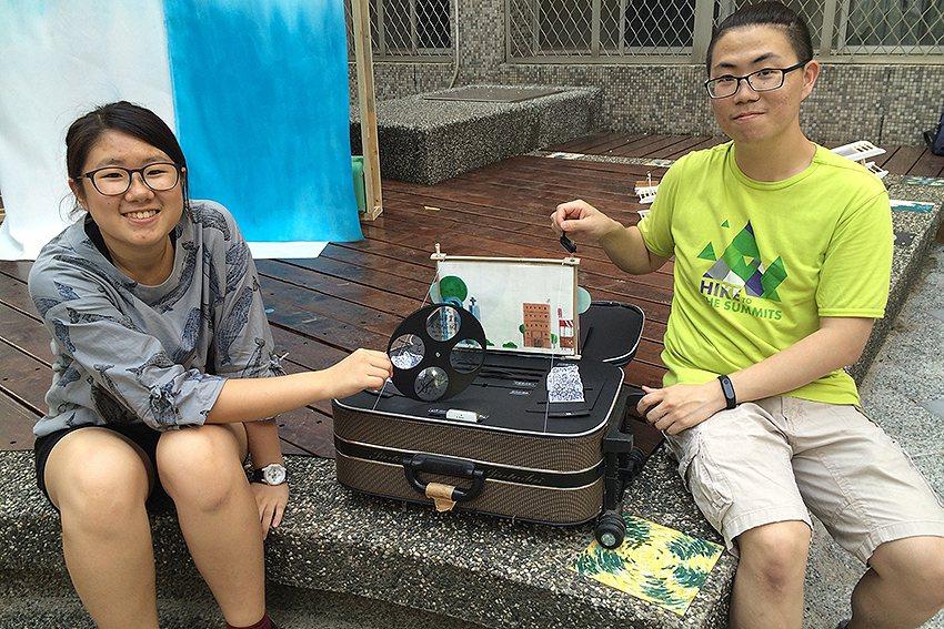 商設系學生蘇勇嘉(左起)、廖廷彝的行李箱作品「回憶大戲院」。 中原大學/提供