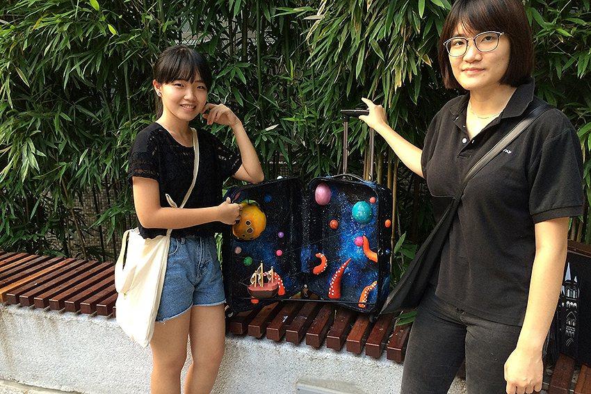 商設系大一柯佩瑩(左)、蔡旆姍(右)的「帆走過」。 中原大學/提供