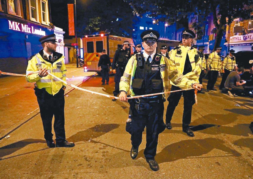英國倫敦北郊芬斯伯瑞公園的清真寺附近,19日發生廂型車衝撞行人事件。 圖/路透