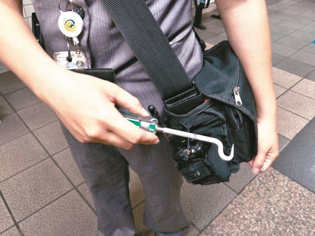 為了取出異物,站長就得使用「車門溝槽異物排除工具」,將異物挑出。