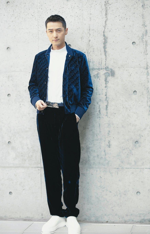 胡歌身穿午夜藍天鵝絨外套,搭配了寬版黑長褲和運動鞋,出席Emporio Armani服裝發表會,顯得一派的輕鬆又有自信。