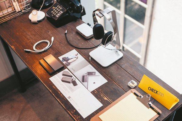 雀客7與Moshi合作打造3C房,除提供行動電源免費租借,還配有高速傳輸線、USB充電/傳輸線、耳罩式耳機、Wi-Fi 無線傳輸音響。