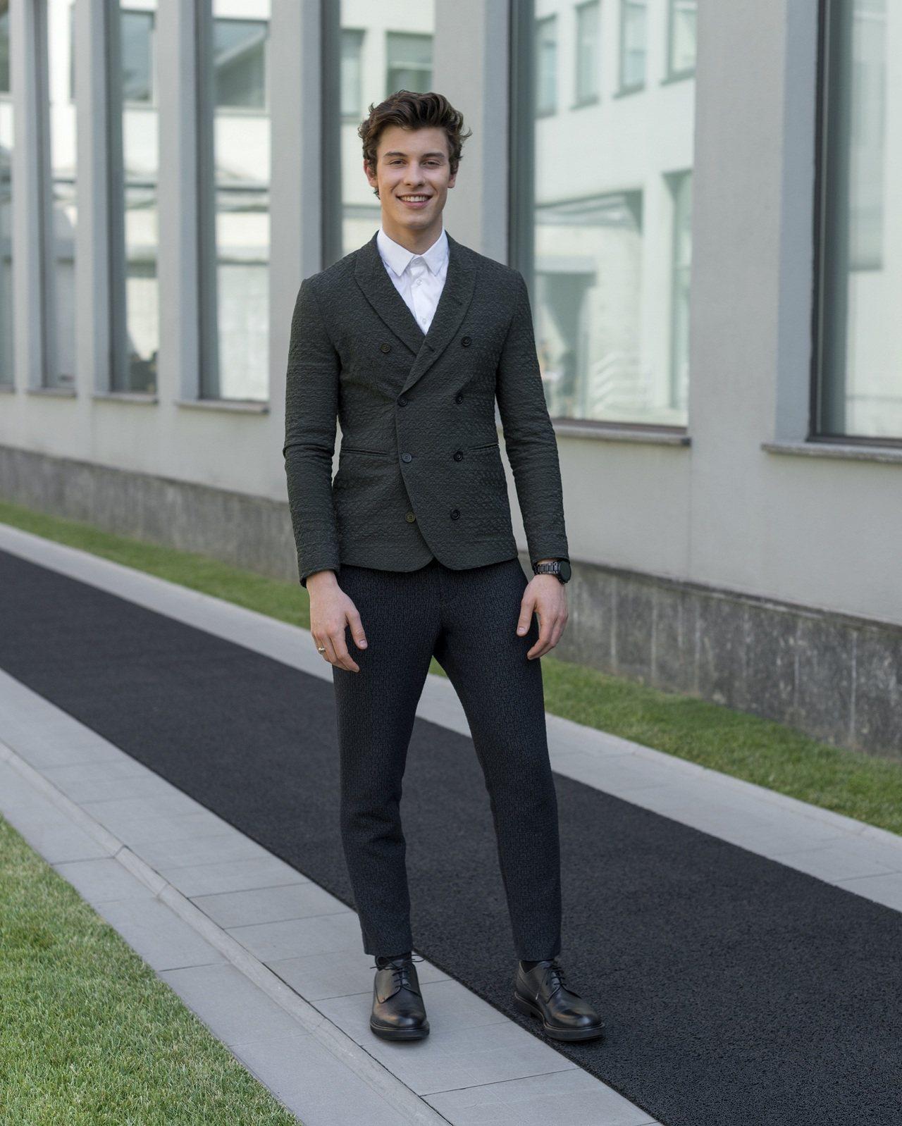 年輕的加拿大歌手Shawn Mendes成為了Emporio Armani 2018春夏大秀的壓軸登場模特兒。