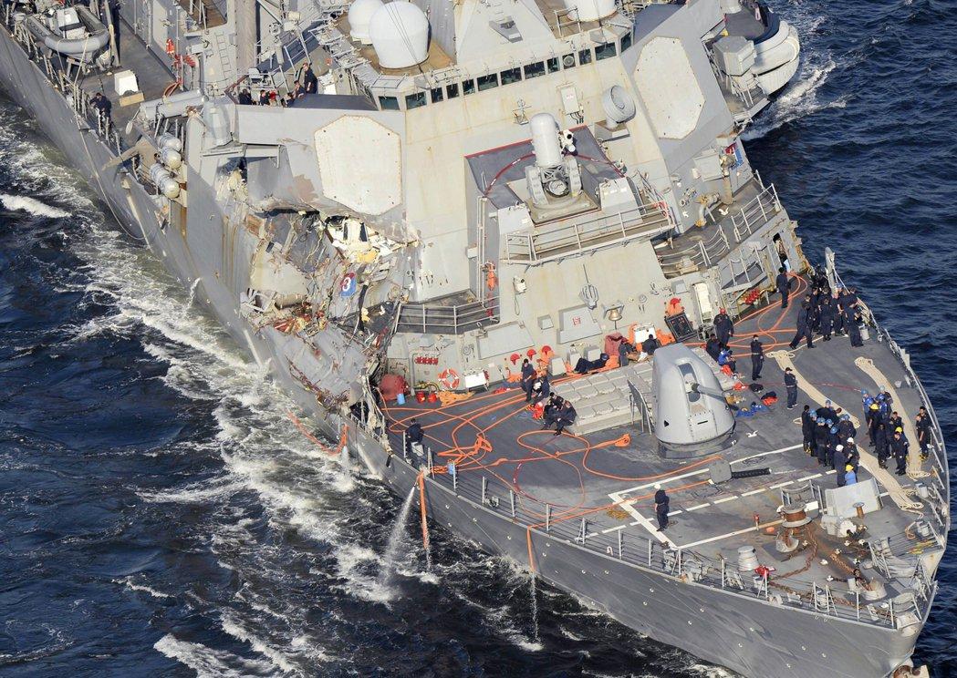 美驅逐艦費茲傑羅號17日凌晨遭貨輪撞上船腹,由於驅逐艦船腹較貨輪船首脆弱,造成嚴...