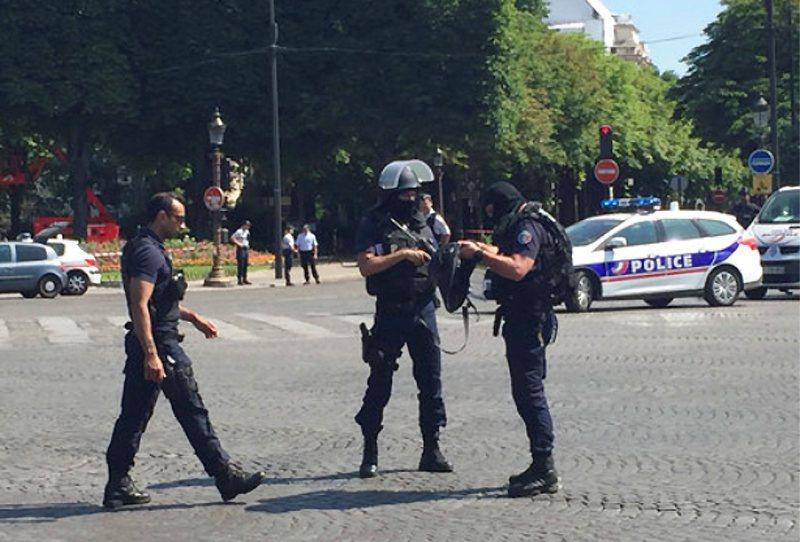 法國警方封鎖香榭麗舍大道附近一處地區,地點接近總統府艾里賽宮。 美聯社