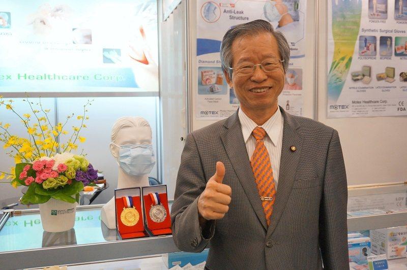 華新醫材集團董事長鄭永柱表示,其與研發團隊在口罩方面的創新發明,日前在上海拿下1...