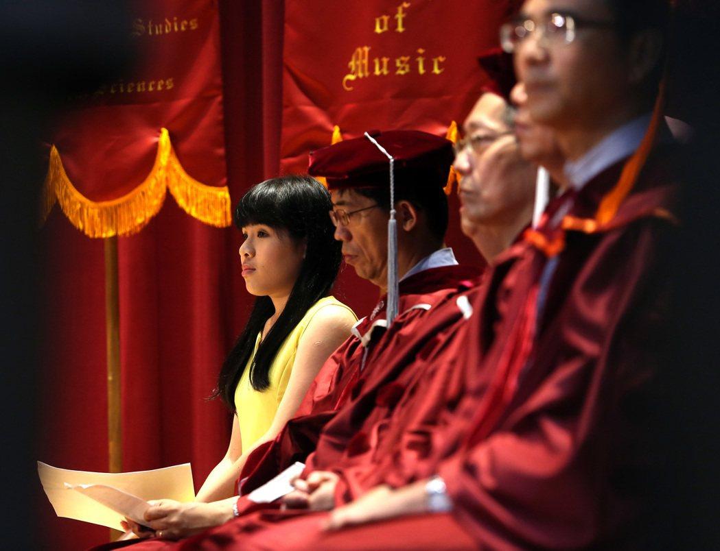 台師大昨天舉行畢業典禮,邀請校友林藝(左)演講「拚命,是為了做自己」。記者曾吉松...