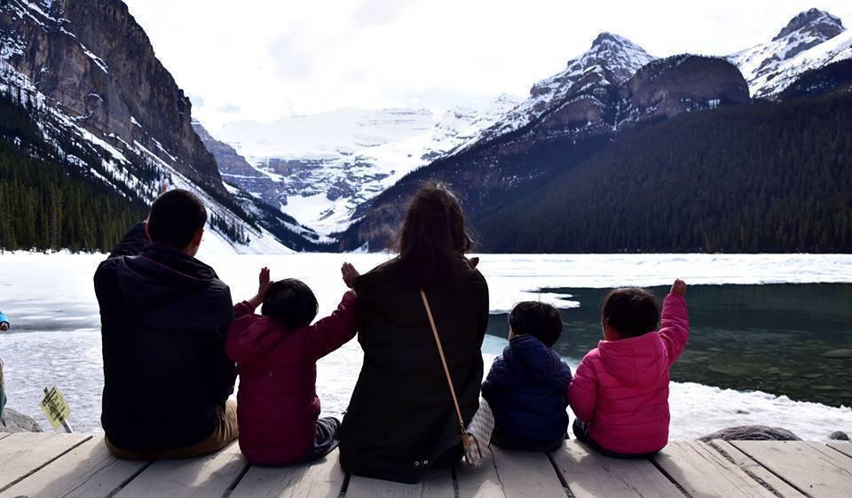 賴家在加拿大洛磯山脈。圖擷自Sunny背包客 臉書