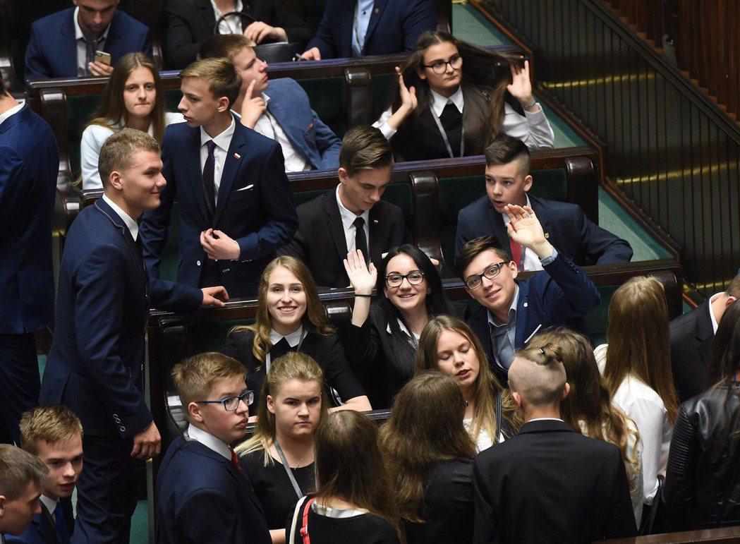 每年6月1號國際兒童節當天,波蘭國會依照慣例,都會邀請青少年到議場「實習」,模擬...